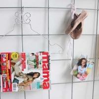 Kledinghangers zijn ook erg handig om magazines aan te hangen.
